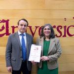 Carlos y Delicias, recibiendo la distinción de empresa colaboradora